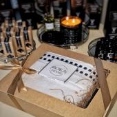 """Jūsų patogumui siūlome jau supakuotus dovanų rinkinukus 🎁 Labai praktiška ir maloni dovanėlė : minkštas purus rankšluostis bei jaukumo suteikiantis namų kvapas JAUKUMAS 😻 Rankšluostis 70*140 cm 🧖🏼♀️ Namų kvapas 50 ml juodosios lelijos 🌺 Kaina 25 eur """"Candle Family"""" namų kvapai gaminami maišant kvapniuosius aliejus ir ekologišką bazę. Pakuotėje rasite stiklinį buteliuką su mediniu kamšteliu.NAUDOJIMAS: Ištraukti plastikinį kamštį iš stiklo buteliuko, įsukti medinį kamštį į stiklo buteliuką. Kvapas įsigers į medinį kamštį ir skleis malonų aromatą aplinkoje.#christmas #christmasgifts #gift #giftideas"""